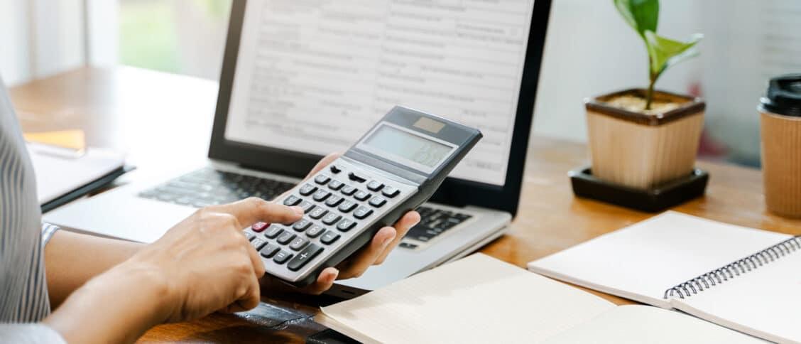 Une femme en train de calculer ce quelle va payer en impôt via le simulateur d'impôt